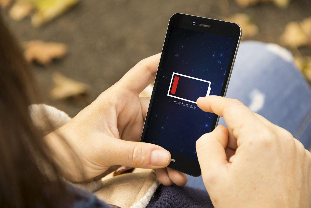«Έξυπνα» παγκάκια φορτίζουν κινητά στο Ηράκλειο