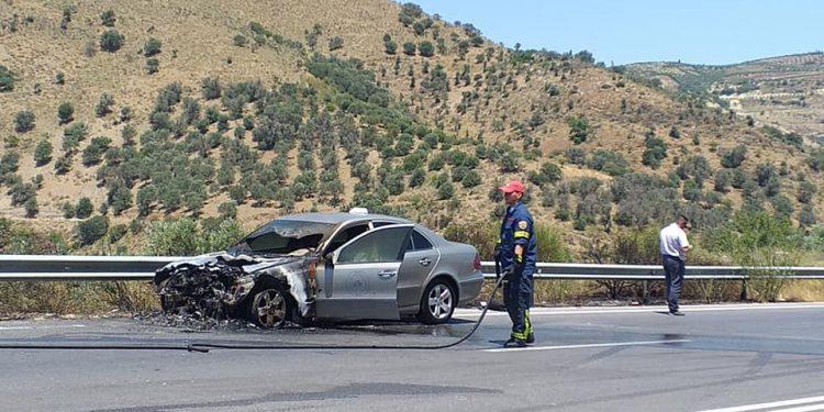 Δύσκολες ώρες για οδηγό ταξί – Εκδηλώθηκε φωτιά στον κινητήρα του οχήματος
