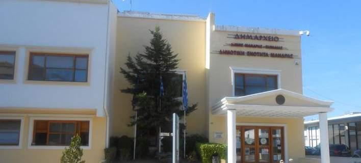 BINTEO: Έπεσαν μπουνιές στο δημοτικό συμβούλιο της Μάνδρας