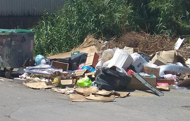 Σκουπίδια και μπάζα πνίγουν μια γειτονιά του Ηρακλείου