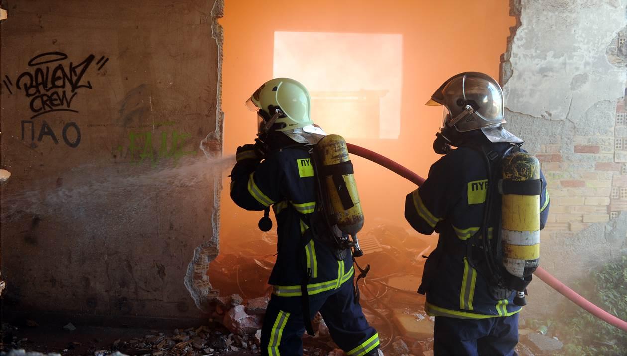 Φωτιά σε ταβέρνα, τρακτέρ και αποθήκη