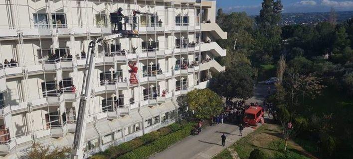 ΠΑΓΝΗ: Θεαματικές «βουτιές» από 22 μέτρα έκαναν Αη - Βασίληδες για τα παιδιά της Ογκολογικής
