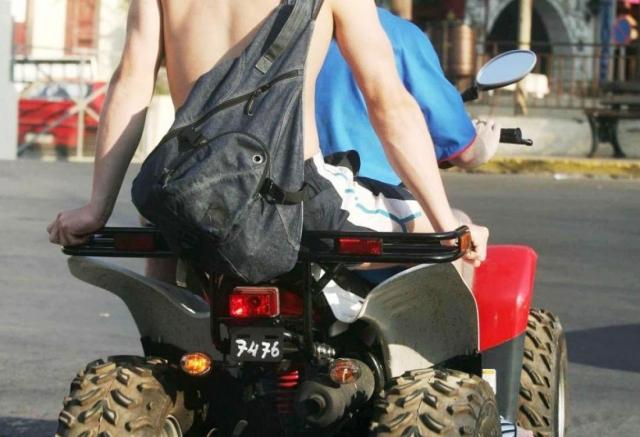 """Ηράκλειο: Καρφώθηκε με τη """"γουρούνα"""" πάνω στο λεωφορείο"""