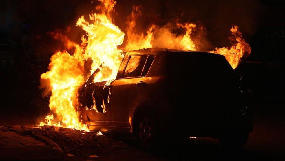 Φλεγόμενο αυτοκίνητο και μηχανάκι κινητοποίησαν την πυροσβεστική