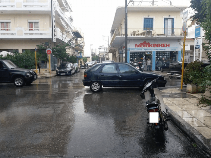 Πάρκαρε και έκλεισε τον μισό δρόμο