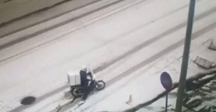 """Η """"μάχη"""" ενός ντιλιβερά για να κάνει παράδοση στα χιόνια έγινε viral (βίντεο)"""