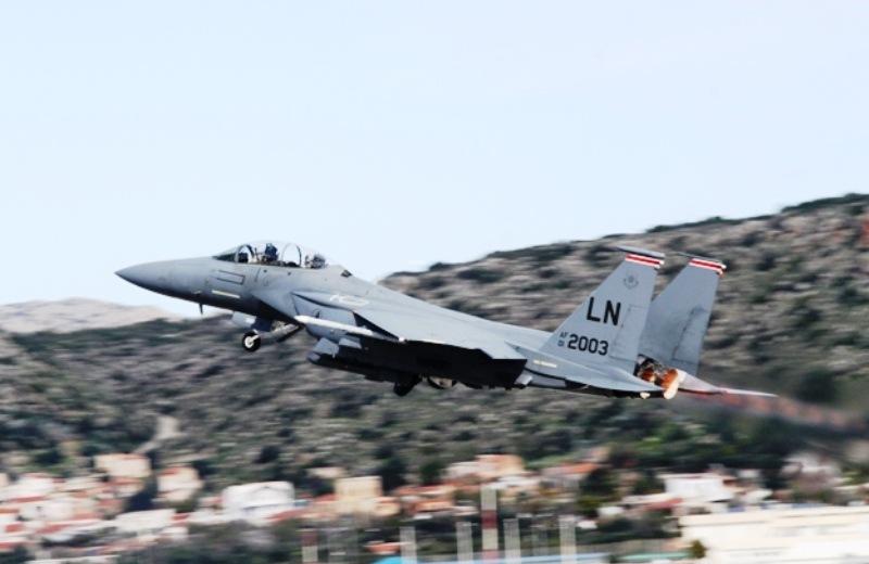 Πάνω από 14 πολεμικά αεροπλάνα των Αμερικανών εκπαιδεύονται καθημερινά στη Σούδα (pics)