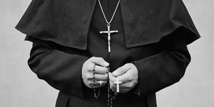 Ένας επίσκοπος που κατηγορείται για τον βιασμό μιας μοναχής ζήτησε να απαλλαγεί από τα καθήκοντά του