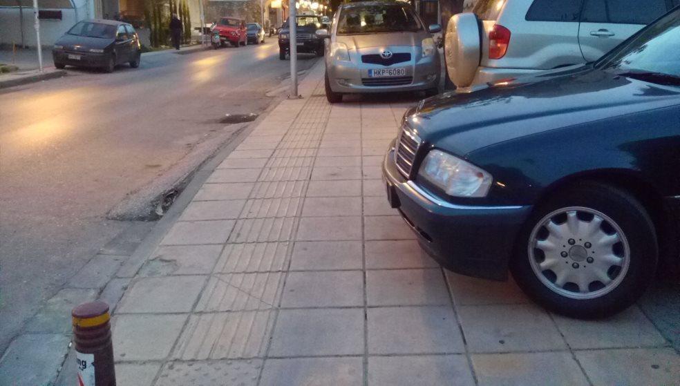 Οδηγός αυτοκινήτου πάρκαρε στο πεζοδρόμιο & απείλησε πεζό ότι θα τον... πατήσει