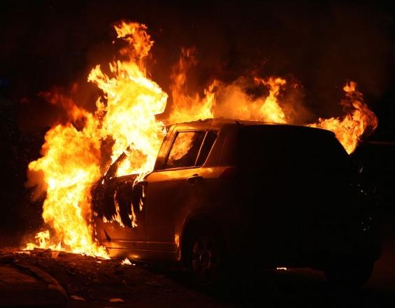 Ηράκλειο: Παρανάλωμα του πυρός αυτοκίνητο και δύο δίκυκλα