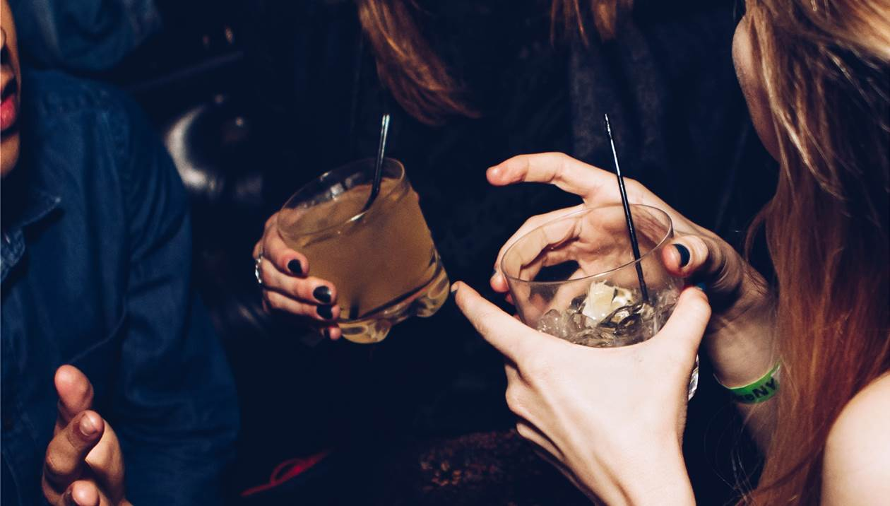 Ανήλικη πήγε σε μπαρ και… βρέθηκε στο νοσοκομείο λόγω ποτού