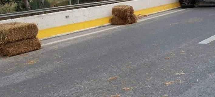 Και ξαφνικά στην εθνική οδό βρέθηκαν και μπάλες σανό