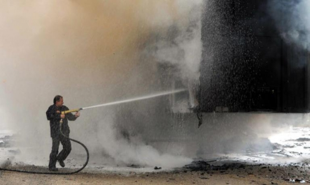 Ηράκλειο: Το φορτηγό άρπαξε φωτιά μέσα στην επιχείρηση