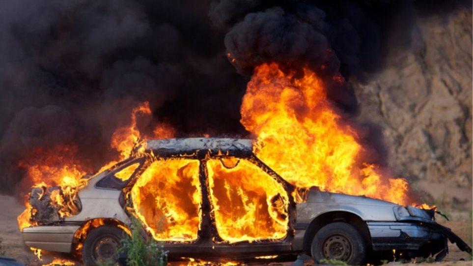 Στις… φλόγες δύο αυτοκίνητα – Το ένα εν κινήσει