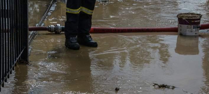 Πυροσβέστες τους απομάκρυναν λόγω…βροχής