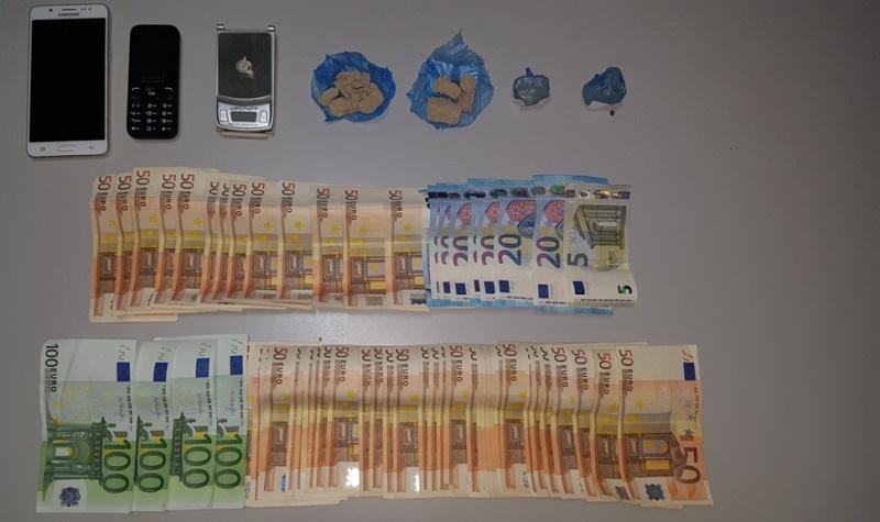 Στα χερια της ΕΛ.ΑΣ. ενας 30χρονος με ηρωινη σε μορφή... βράχου και 2915 ευρώ στην κατοχή του