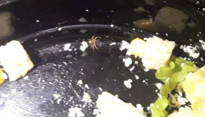 Χανιά: Παρήγγειλε σαλάτα και έπαθε σοκ με αυτό που βρήκε μέσα (φωτο)