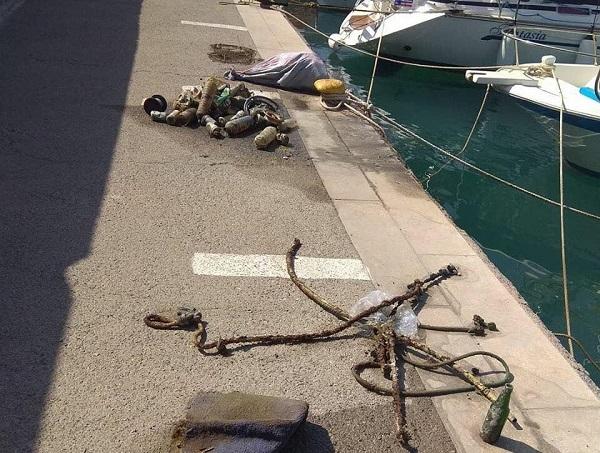 """Λιμάνι Χερσονήσου: Πάνω από ένα τόνο σκουπίδια """"έκρυβε"""" ο βυθός"""