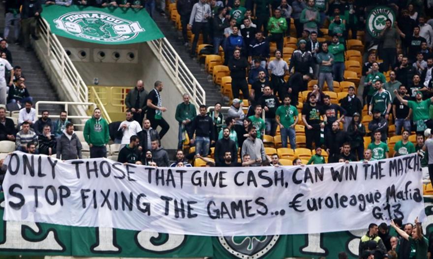 Αιχμηρό πανό στο ΟΑΚA: «Μαφία της Ευρωλίγκας, σταμάτα να στήνεις τα παιχνίδια»