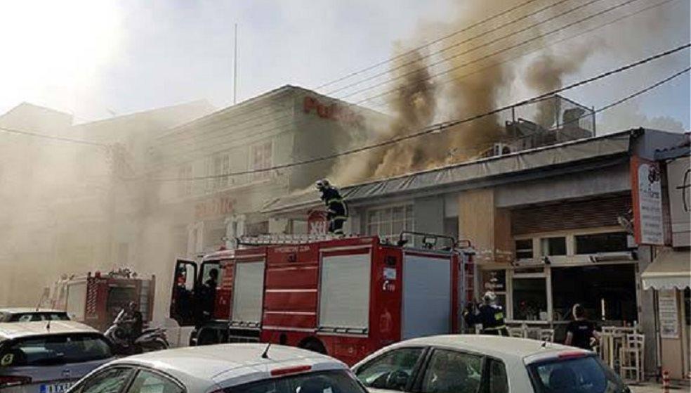 Λαμπάδιασε ψητοπωλείο - Ανησύχησαν μην επεκταθεί η φωτιά σε άλλα κτίρια