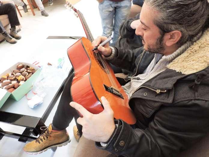 Ο Γιάννης Χαρούλης επισκέφθηκε και τραγούδησε στα παιδιά της Παιδόπολης