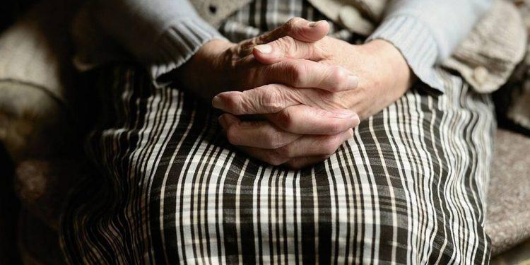 Εφιαλτικές στιγμές για ηλικιωμένη: Της έσφιξαν το λαιμό για να τις πάρουν κοσμήματα