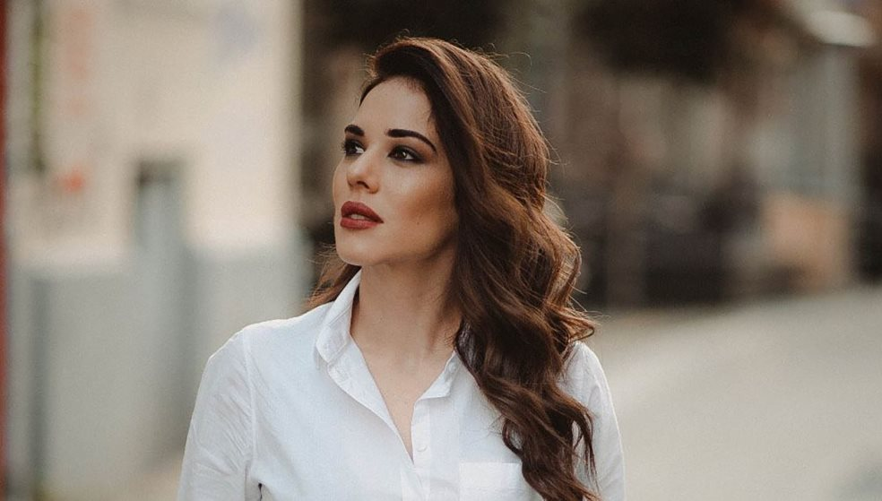 Η Κρητικιά με τη μελωδική φωνή που τραγουδά ισπανικά «Το παπάκι» του Άσιμου