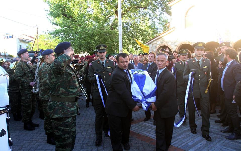 Κηδεύτηκε ο Κώστας Χατζής, συγκυβερνήτης του στρατιωτικού ελικοπτέρου που κατέπεσε στην Ελασσόνα