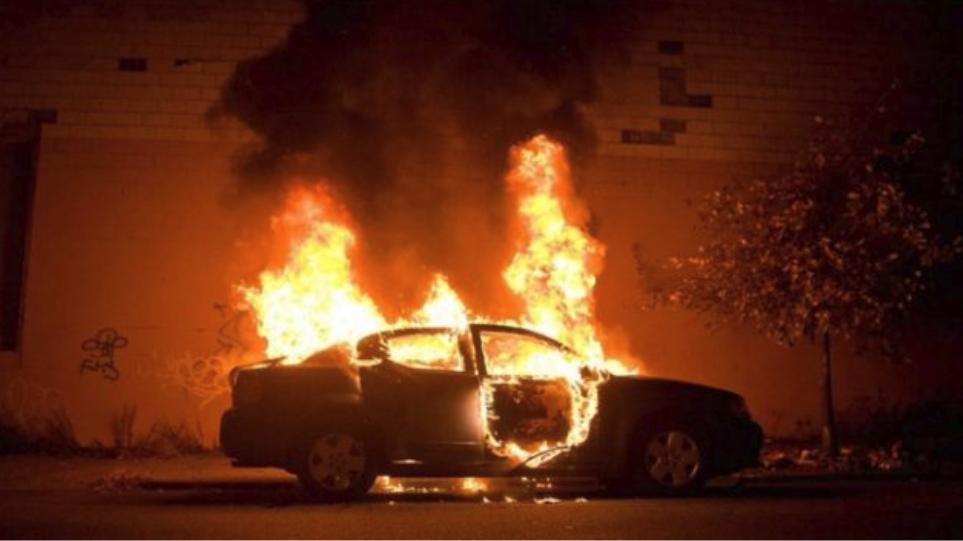 Στις φλόγες σταθμευμένο αυτοκίνητο