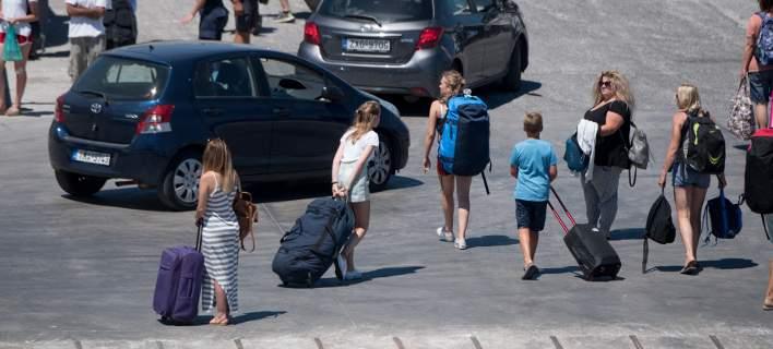 Ψυχρολουσία από τον τουρισμό: Τα έσοδα είναι στα ίδια επίπεδα όπως τη χρονιά που επιβλήθηκαν τα capital controls