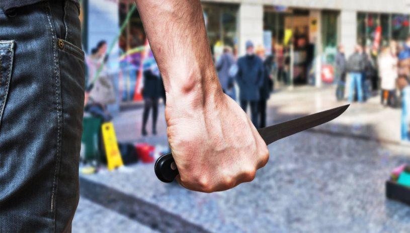 «Βγήκαν τα μαχαίρια» στην 62 Μαρτύρων: Στη χειρουργική ο 28χρονος - Ανθρωποκυνηγητό για το δράστη