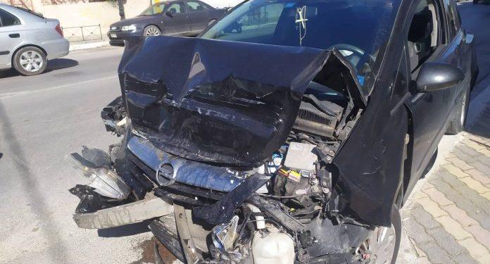 Αυτοκίνητο «καρφώθηκε» σε λεωφορείο