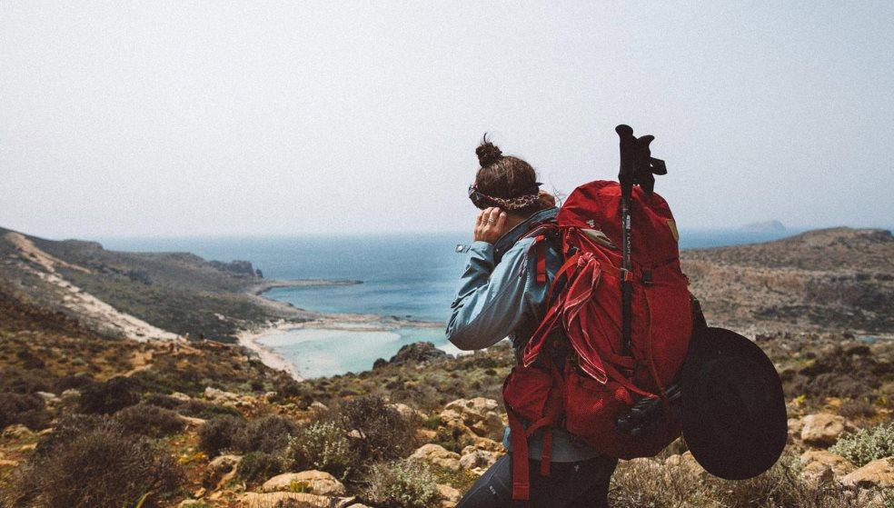 Κάνει το γύρο της Κρήτης με ένα σακίδιο