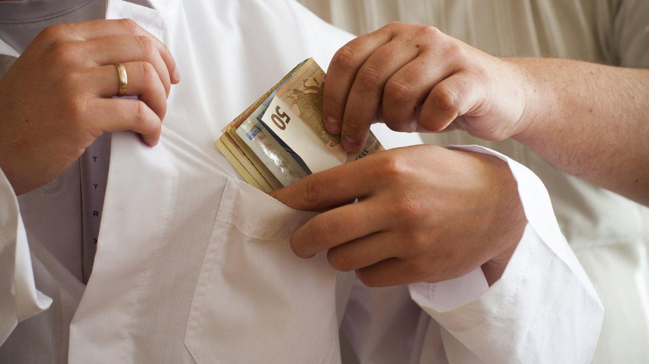 Οι Κρητικοί έδωσαν … φακελάκια ύψους 150.000 ευρώ σε μια τετραετία!