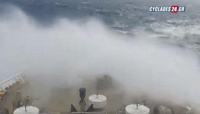 Γιγάντια κύματα σκεπάζουν το «Αστερίων ΙΙ» της ΑΝΕΚ (βίντεο)