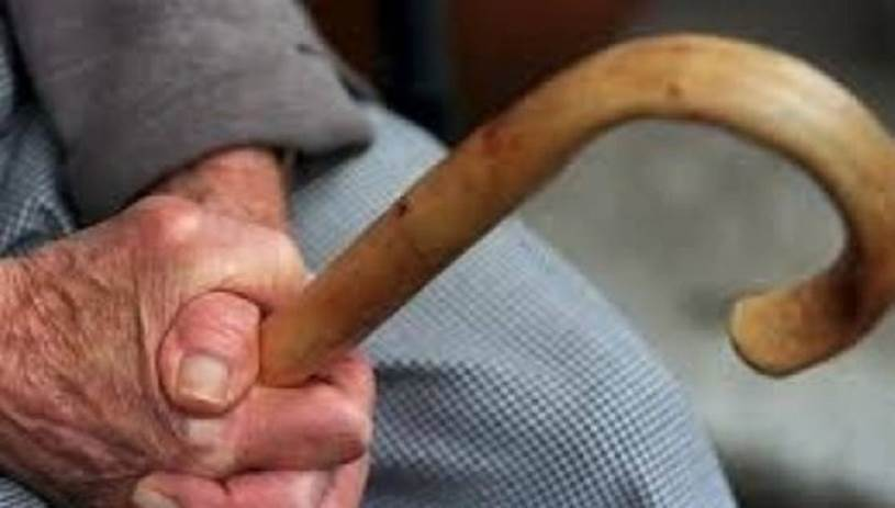 Ηλικιωμένος έδειρε μάνα και κόρη με μαγκούρα για τα περιουσιακά