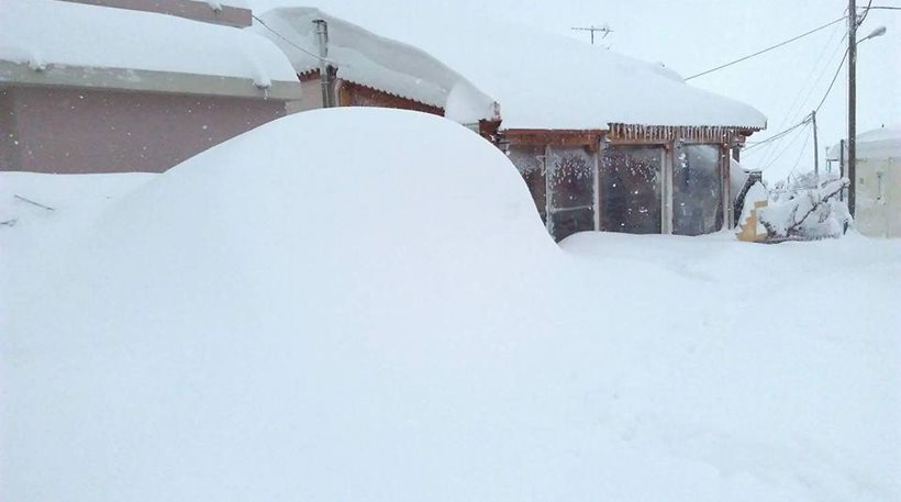 Σε κατάσταση έκτακτης ανάγκης η Κύμη - Το χιόνι ξεπερνά τα δύο μέτρα