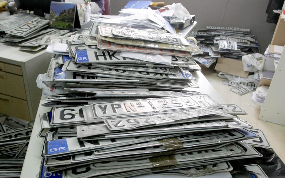 Ουρές στις εφορίες και στην Κρήτη για την κατάθεση πινακίδων