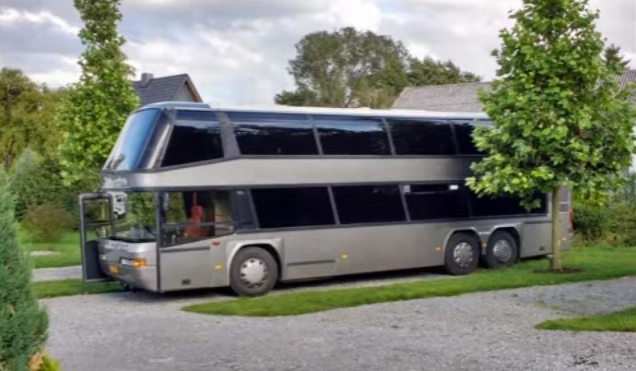 Η απίστευτη μεταμόρφωση ενός διώροφου λεωφορείου σε πολυτελές τροχόσπιτο! (vid)