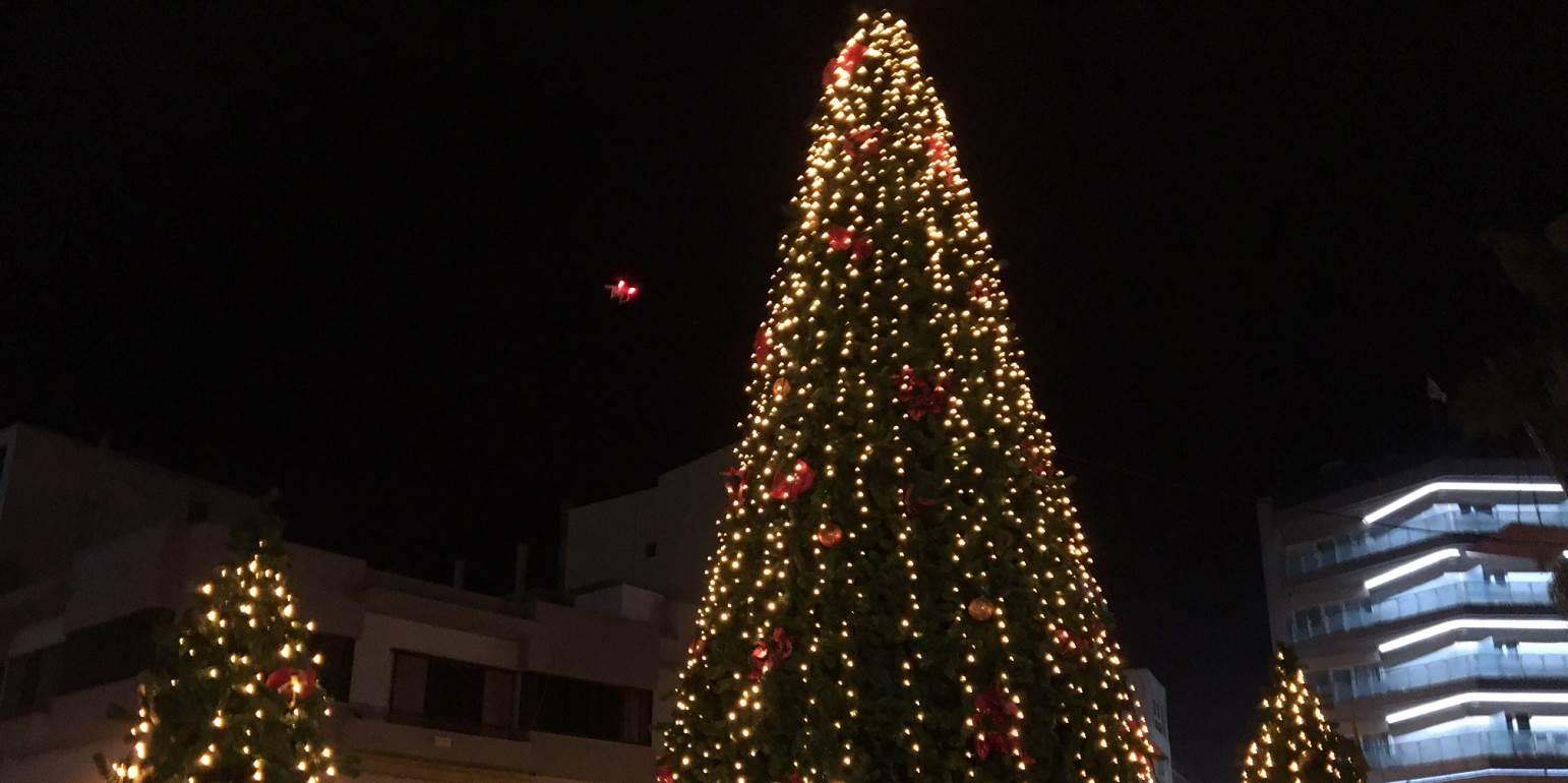 Φωταγώγηση του Χριστουγεννιάτικου δέντρου με Γιοκαρίνη και Παπαδάκη