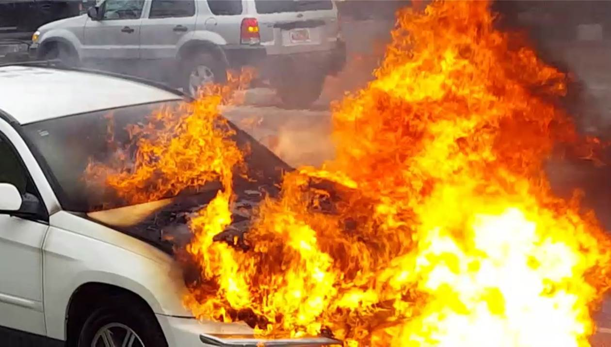 Στις φλόγες αυτοκίνητο στον Κρούστα