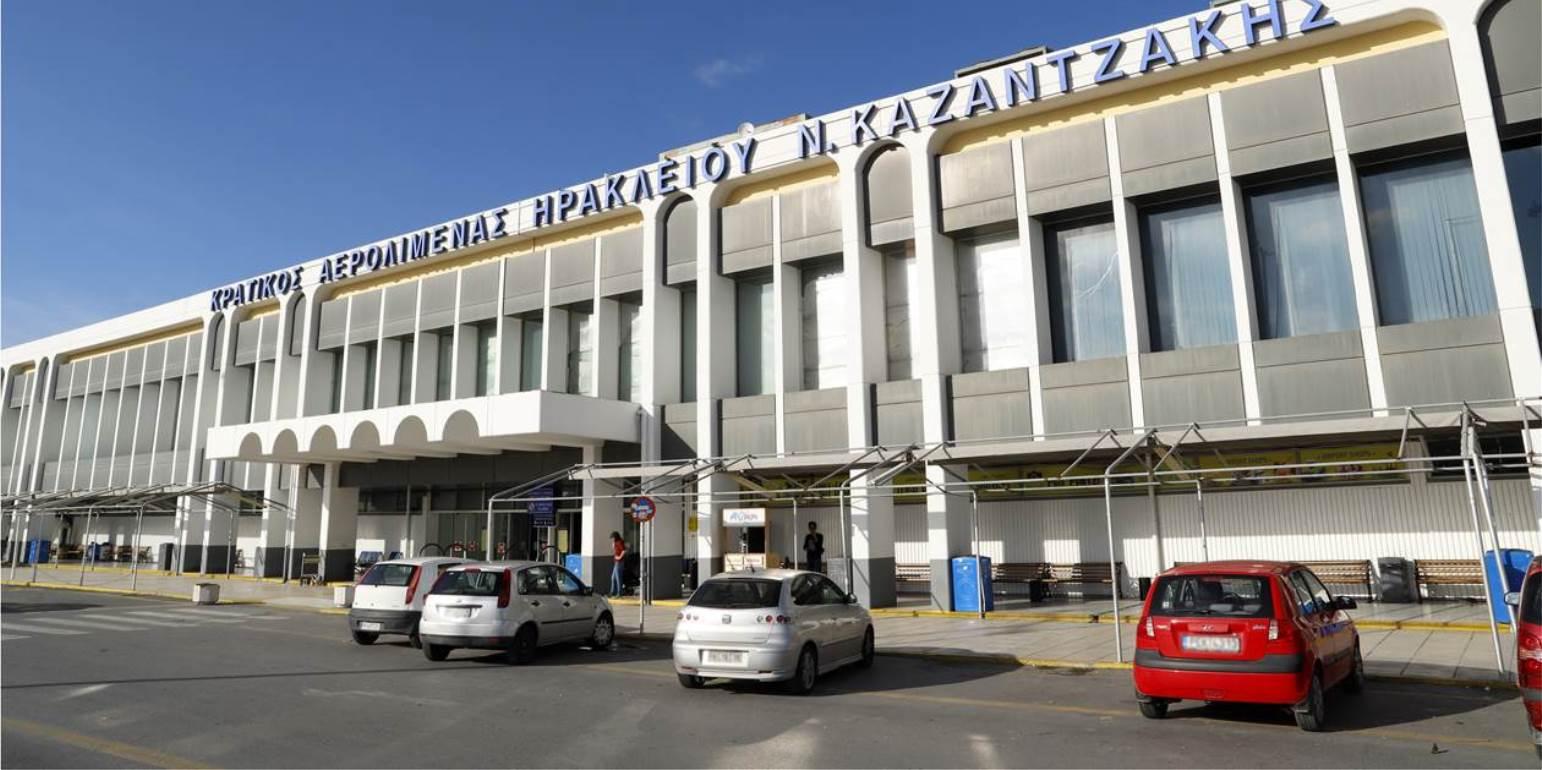 Κορωνοϊός - Αεροδρόμιο Ηρακλείου: Χωρίς καμία απόσταση ασφαλείας το επιβατικό κοινό
