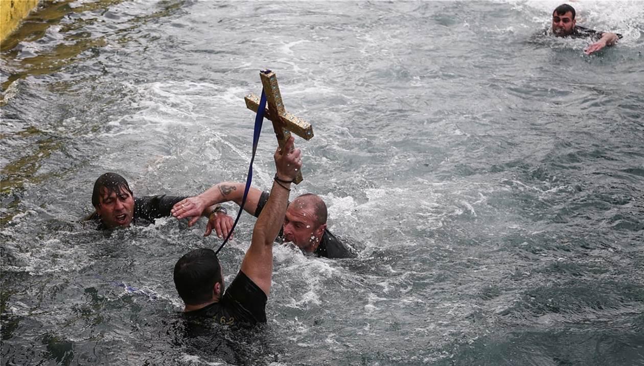 Πώς εορτάζονται τα Θεοφάνεια στην Κρήτη - Ήθη και έθιμα απ' όλη την Ελλάδα
