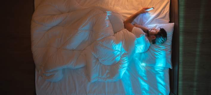 Αγκαλιά με το κινητό στο κρεβάτι οι Ελληνες -Τι δείχνει έρευνα για τα smartphone στη χώρα μας