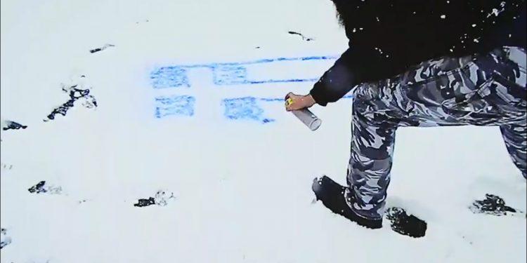 Έκανε Graffiti την ελληνική σημαία πάνω στο χιόνι