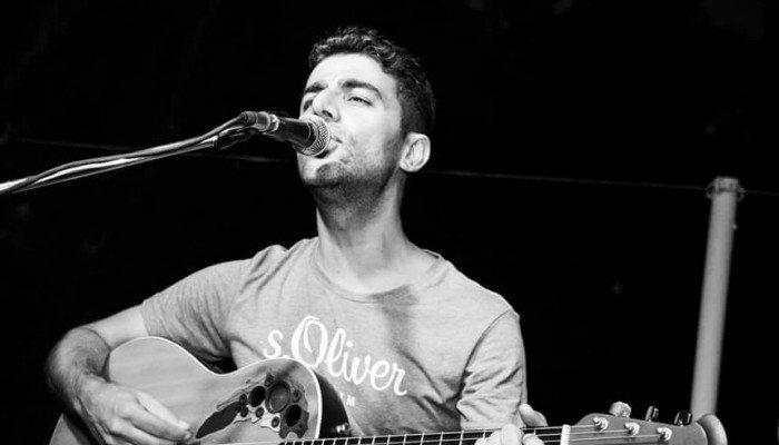 Ο Χανιώτης καλλιτέχνης Βασίλης Κοκοτσάκης ξάφνιασε με το νέο του τραγούδι
