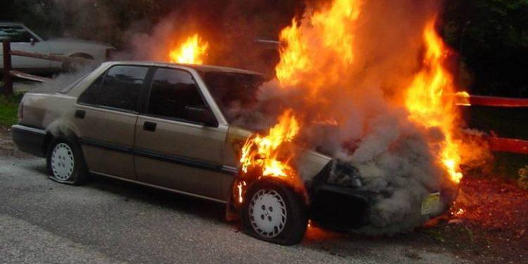 «Άρπαξε» φωτιά αυτοκίνητο