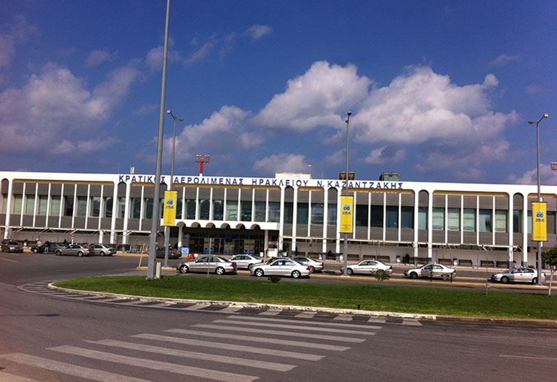 Νέο πάρκινγκ αεροδρομίου: «Θα διασχίζουμε 800μ. κάτω από τον καυτό ήλιο»