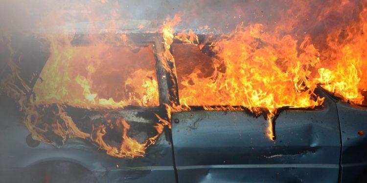 Αυτοκίνητο «άρπαξε» φωτιά εν κινήσει – Επέβαιναν και παιδιά