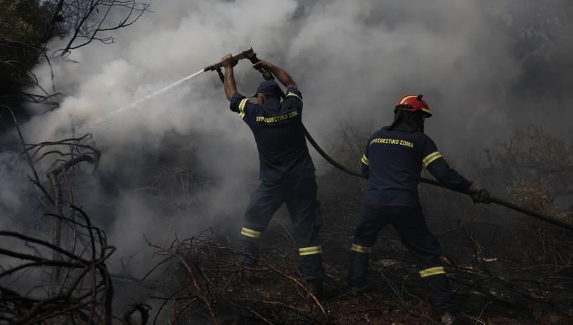 Η φωτιά σε οικόπεδο προκάλεσε ζημιές σε αυτοκίνητα
